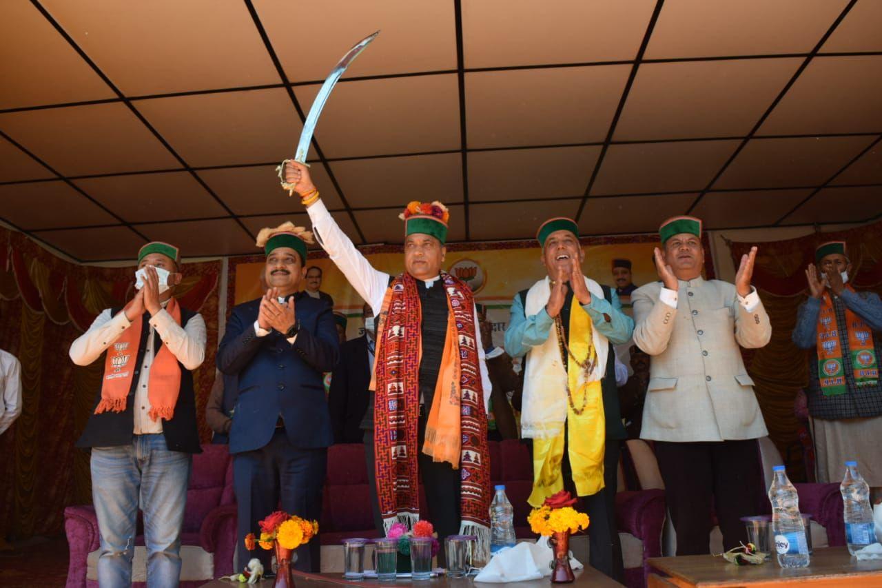 तलवार लहराकर बोले जयराम-खुशाल को जिताइए, किन्नौर में उद्घाटन-शिलान्यास करने इन्हें साथ लाएंगे