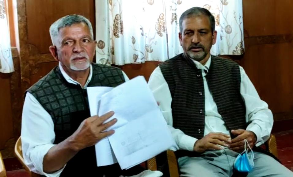 भाजपा सरकार बागवानों का पैसा हड़पने वाले आढ़तियों को दे रही संरक्षण, बागवान ने अर्की के भाजपा नेता पर लगाए गम्भीर आरोप