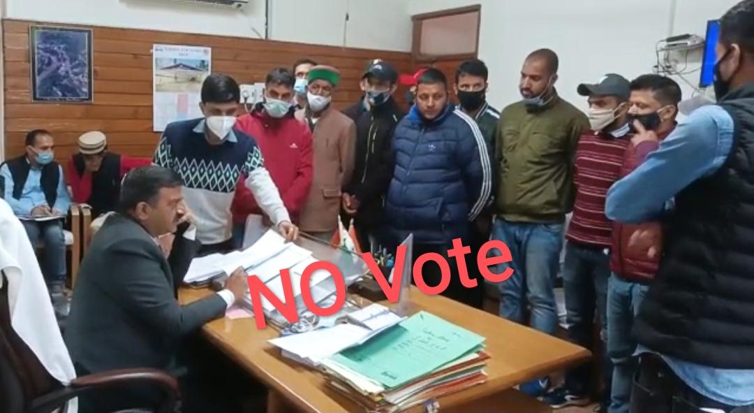 """""""सड़क ठीक नहीं तो वोट भी नहीं""""- नरैण पंचायत रामपुर बुशहर के 3 गांव के लोग करेंगे उपचुनाव का बहिष्कार"""